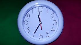 关闭在五颜六色的背景的一个办公室时钟 股票录像