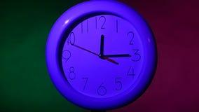 关闭在五颜六色的背景的一个白色时钟 影视素材