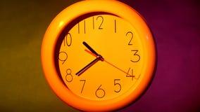 关闭在五颜六色的背景的一个黄色时钟 影视素材