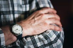 关闭在人手上的葡萄酒老手表 镶边 免版税库存图片