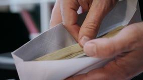 关闭在信封的现金金钱在手上 在纸信封的金钱奖金 股票视频