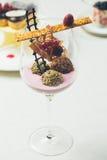 关闭在典雅的玻璃的块菌状巧克力 免版税库存图片