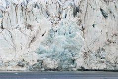 关闭在冰川的蓝色冰由海,斯瓦尔巴特群岛 库存照片
