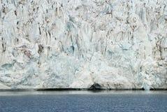 关闭在冰川的蓝色冰由海,斯瓦尔巴特群岛 库存图片