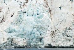 关闭在冰川的蓝色冰由海,斯瓦尔巴特群岛 免版税图库摄影