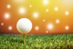 关闭在准备好的发球区域的高尔夫球是射击 库存图片