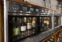 关闭在分配器的酒瓶在酒吧 免版税库存照片