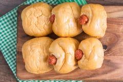 关闭在切板的香肠面包 免版税图库摄影