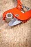 关闭在切管机的看法有cutted plasticqal管子的 免版税图库摄影