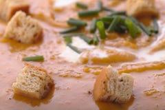 在南瓜汤的油煎方型小面包片 免版税库存图片