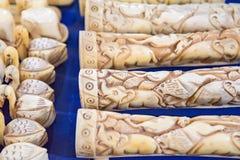 关闭在印地安市场上的象牙纪念品 库存图片