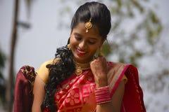 关闭在印地安服装和首饰打扮的妇女看下来,浦那 免版税库存图片