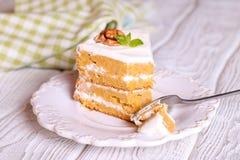 关闭在叉子的乳脂状的甜核桃胡萝卜糕 免版税库存照片