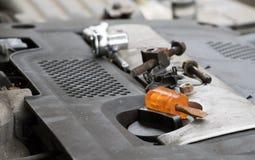 关闭在发动机的工具 DIY汽车修理 库存图片