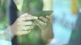 关闭在发短信在咖啡店的手机的妇女手上 股票视频