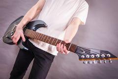 关闭在吉他fretboard 库存图片