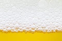 关闭在啤酒和泡沫之间的边界 免版税库存图片