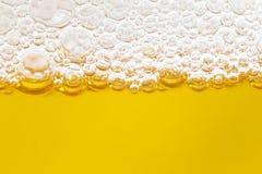 关闭在啤酒和泡沫之间的边界 库存照片