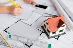 关闭在图纸的生存房子模型 免版税库存图片