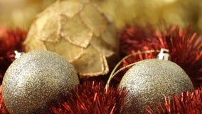关闭在圣诞节装饰的转动的金中看不中用的物品与风效应 影视素材