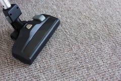 关闭在地毯的吸尘器 图库摄影