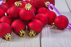关闭在堆的看法在木板h的红色圣诞节球 免版税图库摄影