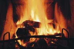 关闭在壁炉的灼烧的木柴 免版税库存照片