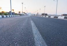关闭在太阳电池板之间行的高速公路在灯笼的 免版税图库摄影