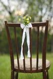 关闭在婚礼葡萄酒椅子装饰的花 图库摄影