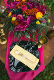 关闭在婚礼装饰的桌上的白色葡萄酒大烛台在桃红色花森林花束  在Th的浪漫晚餐 库存图片