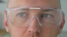 关闭在安全玻璃或风镜的男性面孔 影视素材