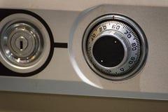 关闭在安全箱子的经典号码锁拨号盘 免版税库存图片