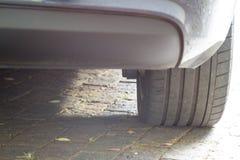 关闭在家庭车道的豪华汽车轮胎 免版税库存图片