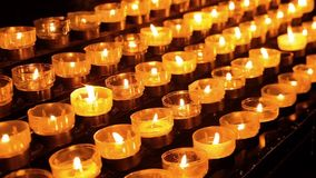 关闭在宽容大教堂,科隆,德国里对光检查祷告茶蜡烛 股票视频