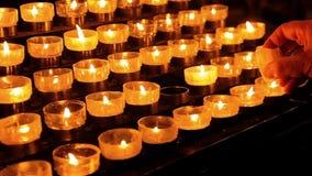 关闭在宽容大教堂,科隆,德国里对光检查祷告茶蜡烛 股票录像