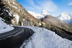 关闭在山口的风景空的路在多雪的冬天风景的朱利安阿尔卑斯,斯洛文尼亚 免版税库存照片
