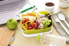 关闭在工作工作单位的绿色午餐盒书桌, 免版税图库摄影