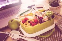 关闭在工作工作单位的绿色午餐盒书桌, 免版税库存图片