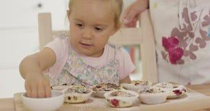 关闭在帮助的女孩准备松饼 影视素材