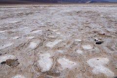 关闭在恶水盆地inÂ死亡谷Nationa的盐舱内甲板 免版税库存照片