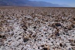 关闭在恶水盆地inÂ死亡谷Nationa的盐舱内甲板 库存图片