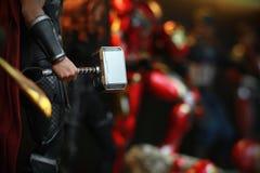 关闭在手中射击了Mjolnir在复仇者superheros形象的托尔在行动 免版税库存图片