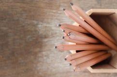 关闭在持有人的铅笔有木背景 库存照片