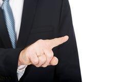 关闭在按抽象按钮的男性手指 库存图片