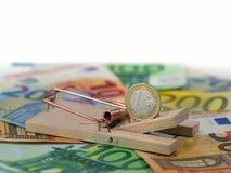 关闭在捕鼠器的欧洲硬币,在钞票的诱饵与拷贝空间 负债的概念 免版税图库摄影
