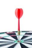 关闭在掷镖的圆靶隐喻的中心的射击红色箭箭头 免版税图库摄影
