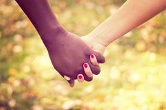 关闭在握手的一对混合的族种夫妇 库存图片