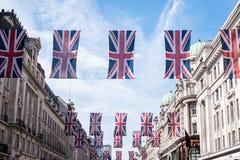 关闭在摄政的街道伦敦上的大厦有英国旗子行的庆祝哈里王子婚礼对梅格汉・马克尔 库存图片