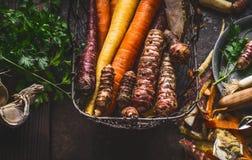 关闭在收获篮子的五颜六色的有机根菜类在黑暗的背景,顶视图 健康和干净的食物和吃 库存图片