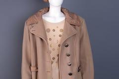 关闭在时装模特的妇女时髦的大衣 库存图片